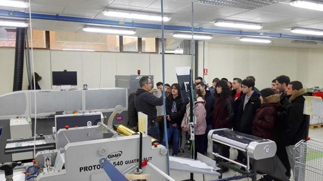 Joaquín truyol, alumnos preimpresión digital, artes gráficas, Salesianos Atocha, actividades semana técnica-cultural, barnniz 3D,  Truyol Digital